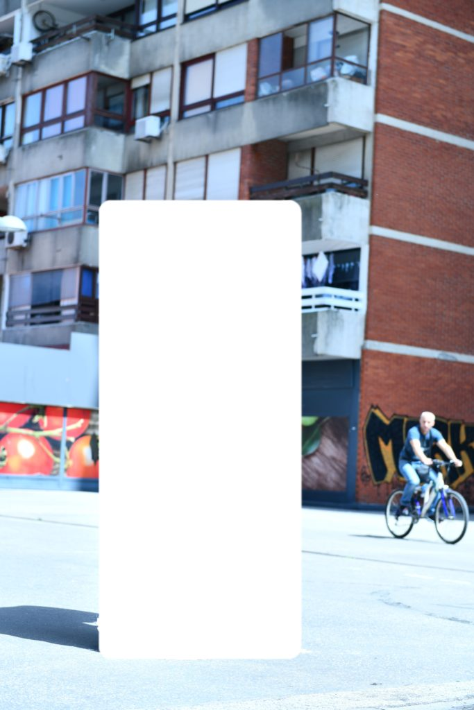 Kada se objekt iz sanduka rasklopi on postaje viši od umjetnice.